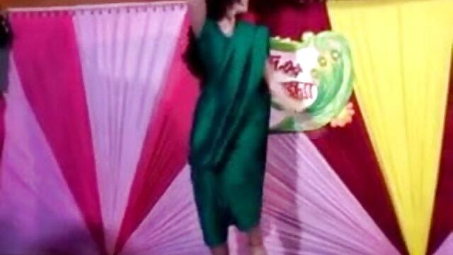 बेब सेक्सी वीडियो मूवी एचडी में एक विशाल dildo