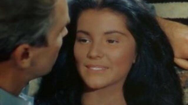 नकली एजेंट सुंदर श्यामला भूरी आँखों के साथ विदेशी सेक्सी एचडी मूवी उसके बीएफ पर धोखा देती है